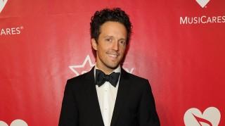 Jason Mraz wearing a tuxedo