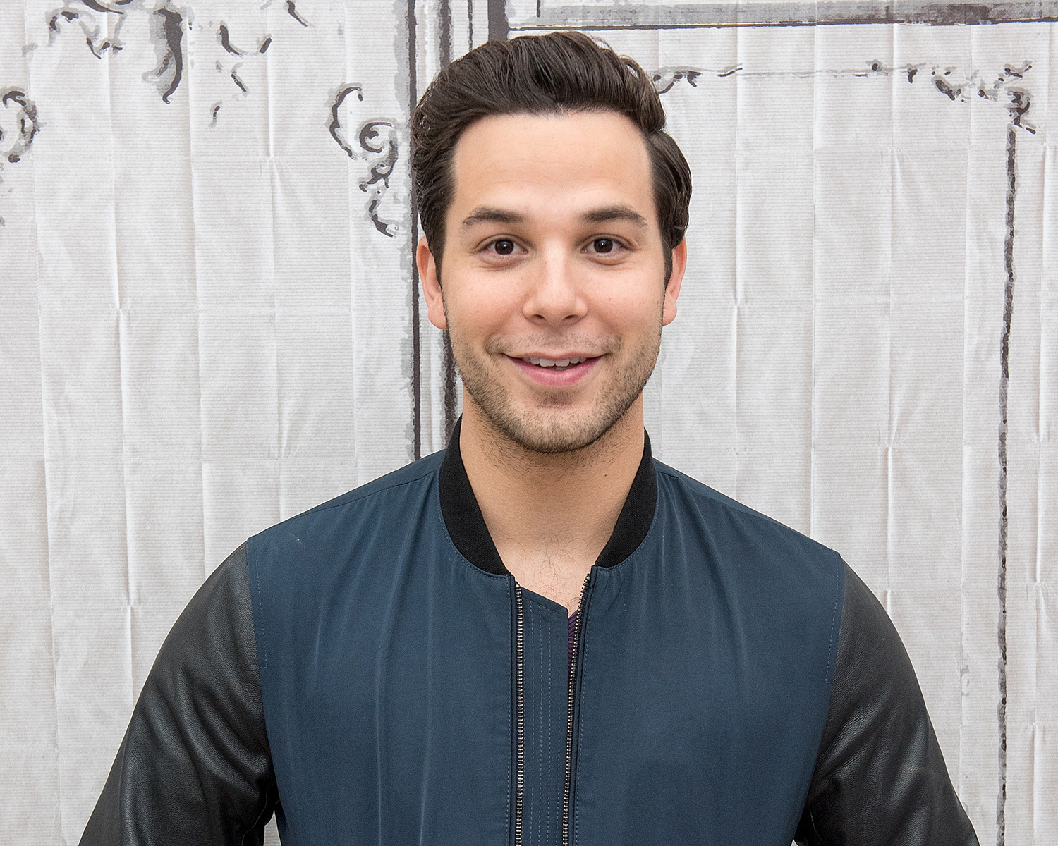 skylar astin gets his engagement ring from anna camp