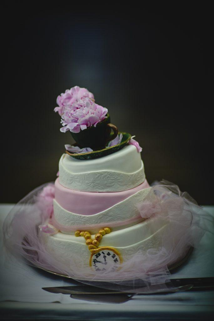 Жених и невеста Наталья и Рафаэль Курзава наняли фотографа Ярослава Козловского, чтобы запечатлеть свою Алису в Стране Чудес на свадьбе и приеме. (Кредит: Ярослав Козловский Фотография)