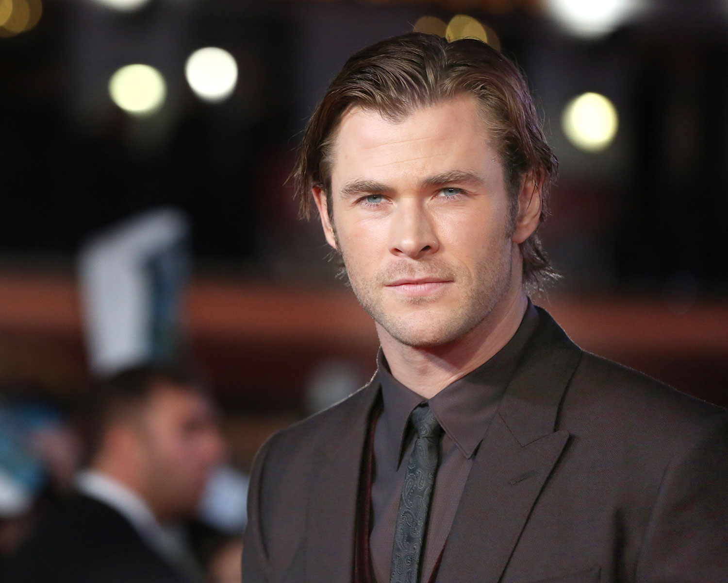 Chris Hemsworth Poses For Photo With Newlyweds Bride Has No Clue Who He Is