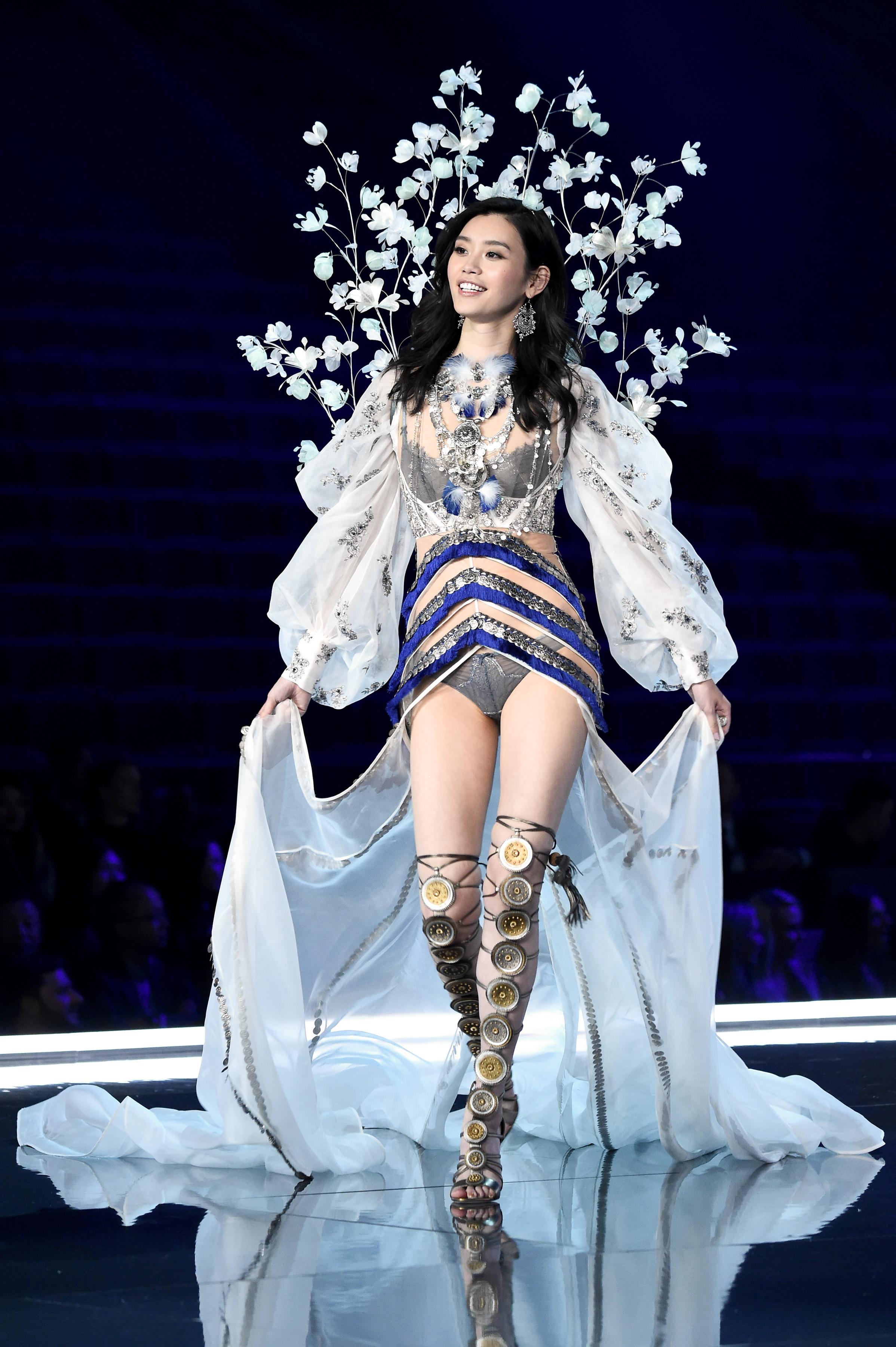 Victoria s secret fashion show 2017 photos for bridal for Runway fashion show video