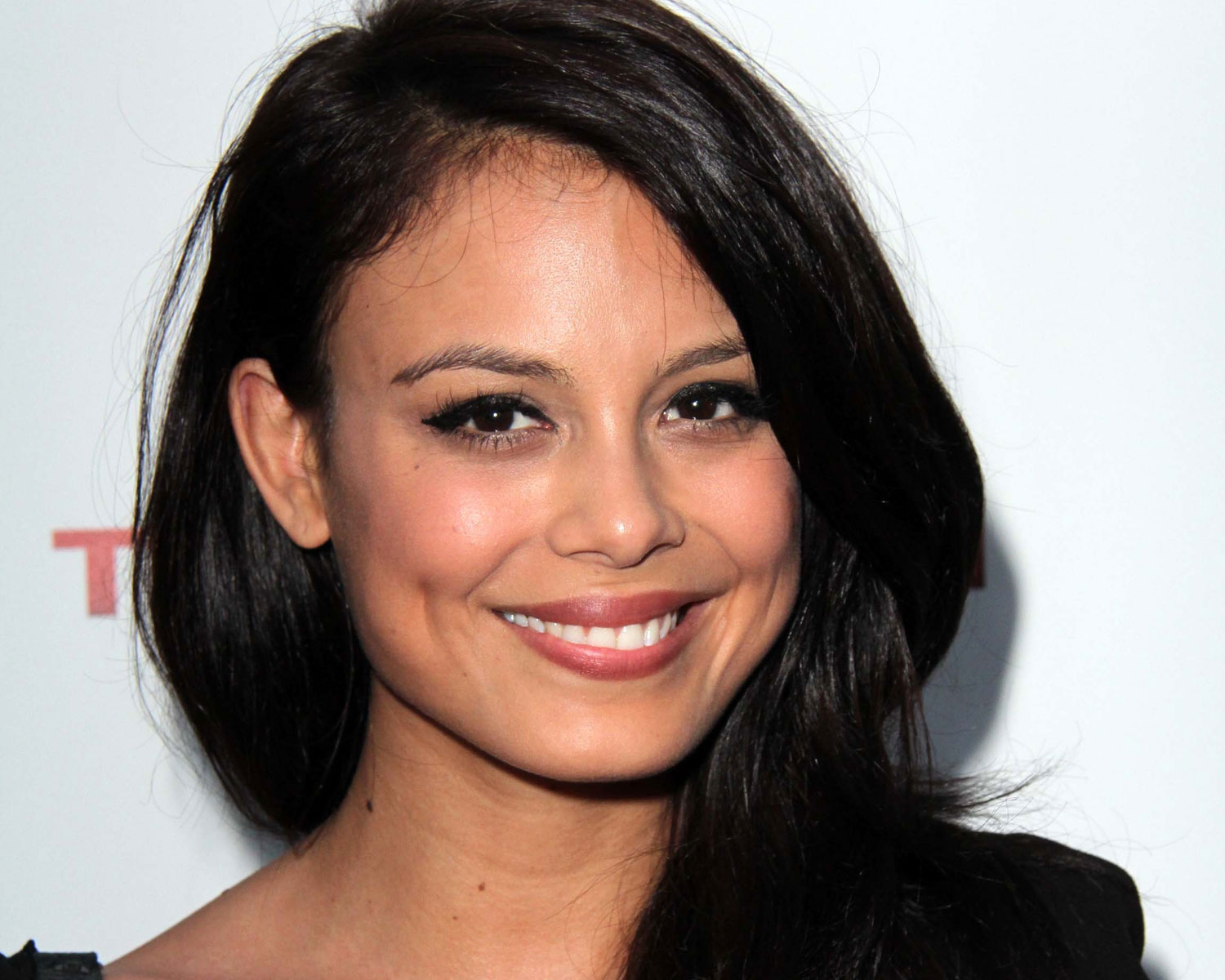 Dynasty Actress Nathalie Kelley Marries In Sydney